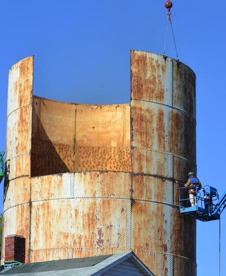 Storage Tank Demolition : Oak street water tank dismantled after serving city more